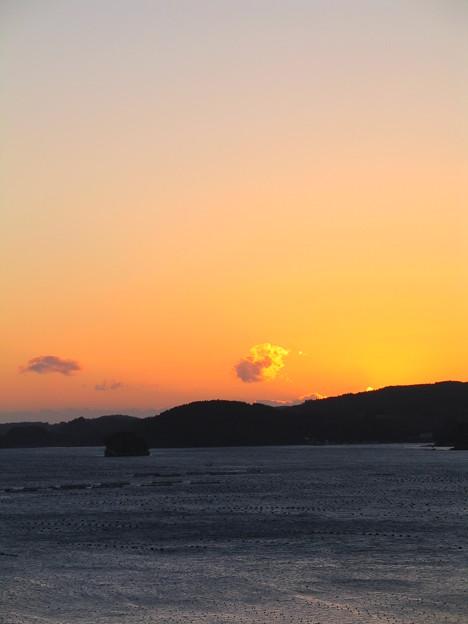 朝日に染まる雲@南三陸・志津川湾