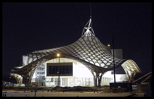 写真: 800px-Centre_Pompidou-Metz_nuit_07-01-2010