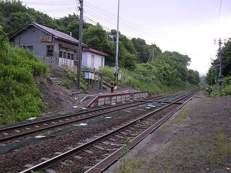 姫川駅ホームと駅舎1