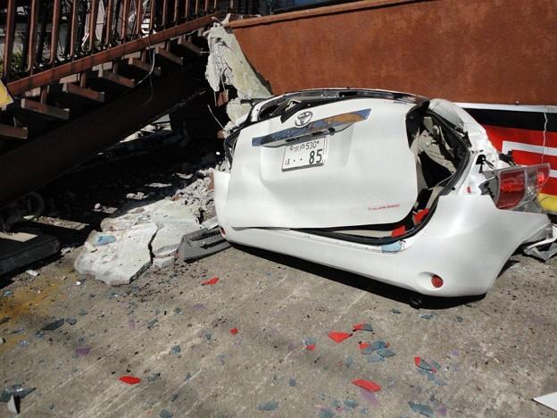 Photos: 1階部分が潰れた家につぶされた駐車中の車1