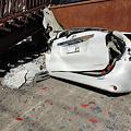 1階部分が潰れた家につぶされた駐車中の車1