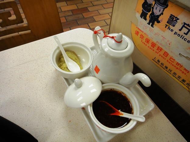 上海駅前 大娘餃子の酢とニンニクとラー油