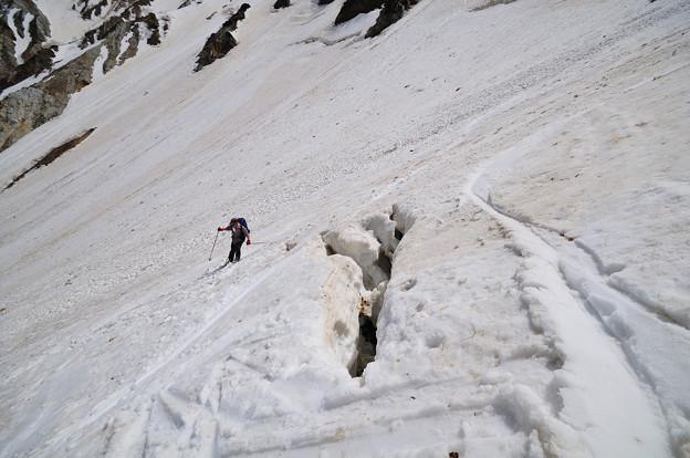 クラックを避けるスキーヤー