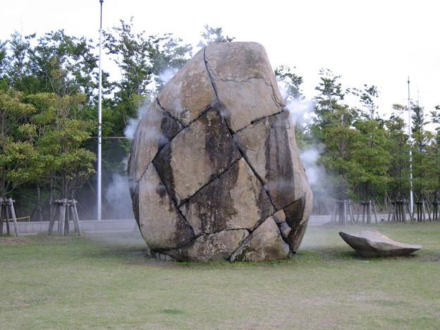 湯気を噴く岩