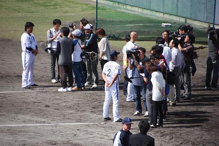 取材される村田、渡辺、森本の同級生3名