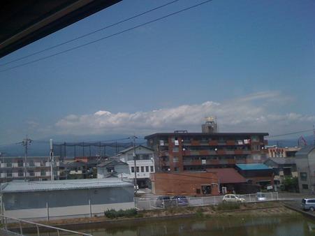 富士山 頂上が雲の上に