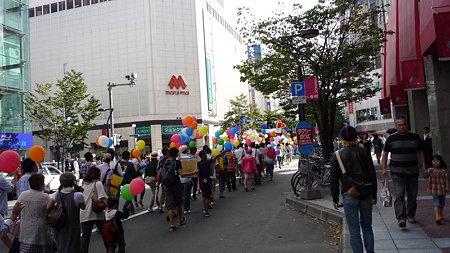 ジュンク堂書店札幌店(丸井今井南館)前を通る