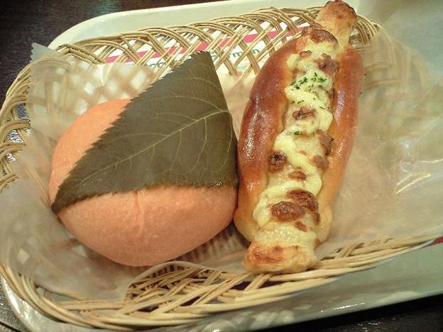 金沢のちくわチーズパンと桜あんぱん