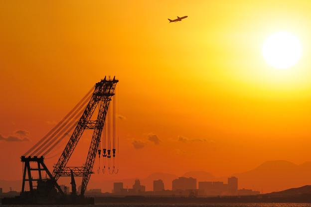 夕日と起重機船
