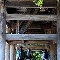 写真: 山門をくぐる