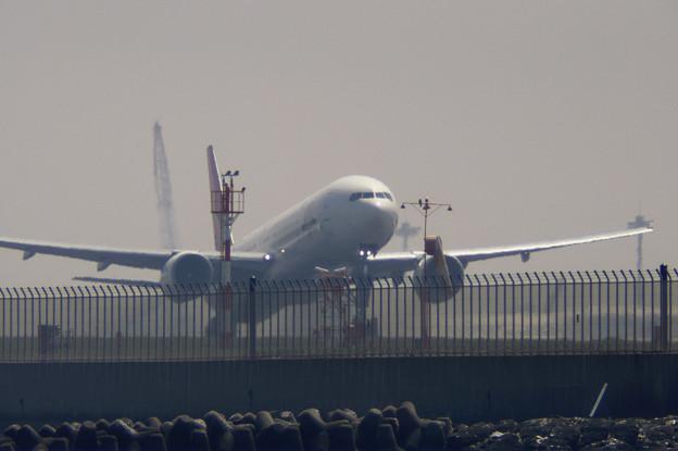 春霞の中の旅客機