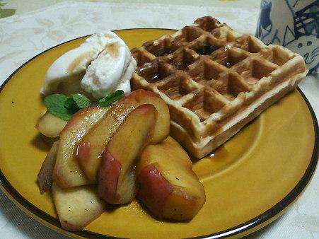 ワッフル、リンゴのソテーアイスクリーム添え。