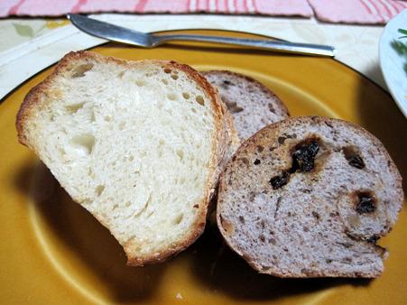 白いパンも黒いパンも食べたい。