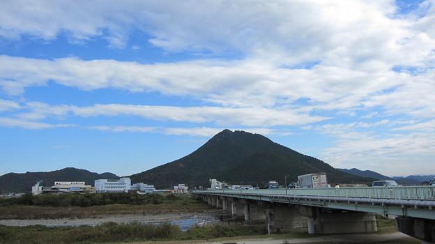 三上山と野洲川