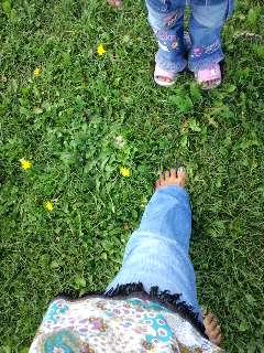 Photos: 北海道の芝生でママとゆうち...
