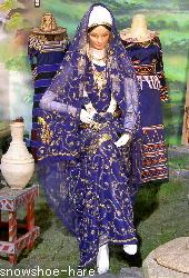 青い民族衣装