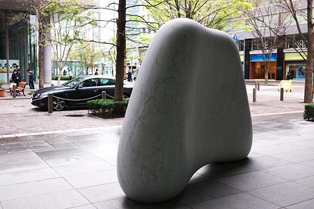 2010.04.16 丸の内仲通り 天空 2006 安田侃