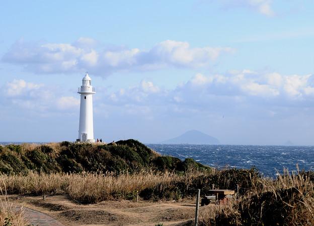 爪木崎灯台と利島