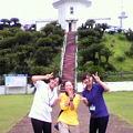 写真: <宮崎・串間>都井岬灯台にて観光協会の方と一緒に☆ぃえ~ぃ☆