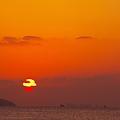 雲に絡まれる夕陽