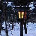 灯篭と雪つり